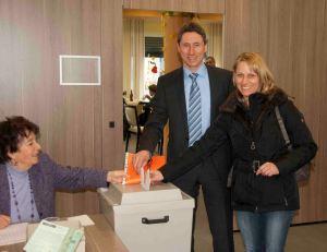 """Meine Frau Petra und ich beim Wählen in unserem Wahllokal im Seniorenheim """"Haus am Valentinspark""""."""